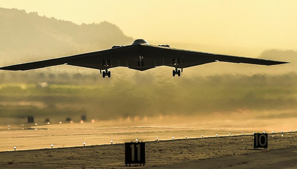 INSPIRASJON FOR 6. GENERSJONS KAMPFLY: B-2 Spirit-bomberen «Spirit of Kitty Hawk» tar av fra U.S. Air Force Plant 42 i Palmdale, California. Flyet er unektelig et mektig syn. Northrop Grumman forteller at sitt 6. generasjons kampfly vil ligne på det legendariske bombeflyet.