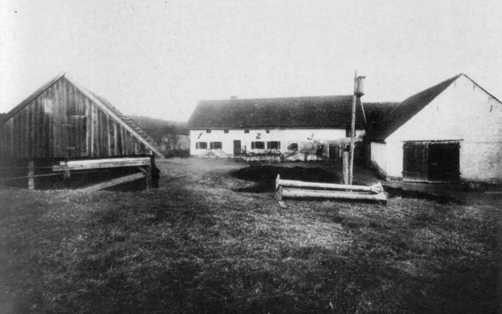 HINTERKAIFECK: Bilde av gården hvor en familie blir hakket i hjel i 1922. Saken er fortsatt uløst.