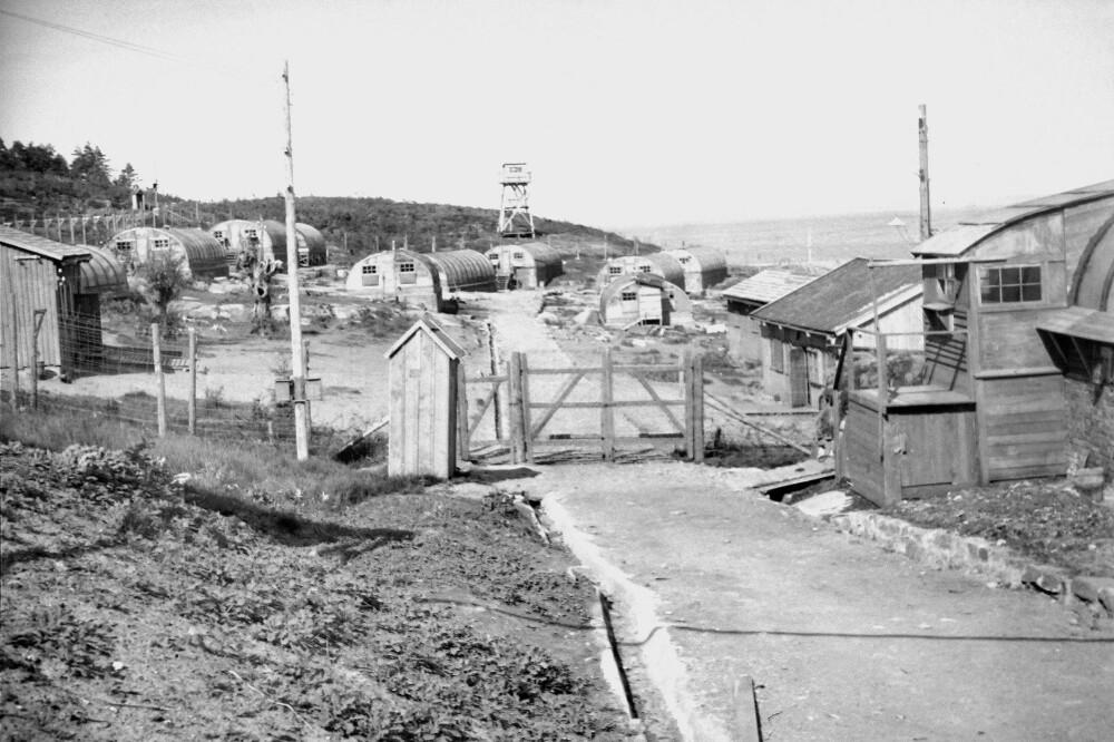 UTRYDDELSESLEIR: Underleiren til Stalag III på Bolærne slik den så ut rett etter freden i 1945. De snaut 300 fangene som oppholdt seg her ble sendt hit kun for å dø.