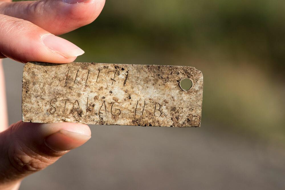 DØDSBRIKKE: Alle fangene bar en aluminiumsbrikke som identifikasjon. Denne, som ble funnet ved gravplassen, har fangenummeret 111171 inngravert.