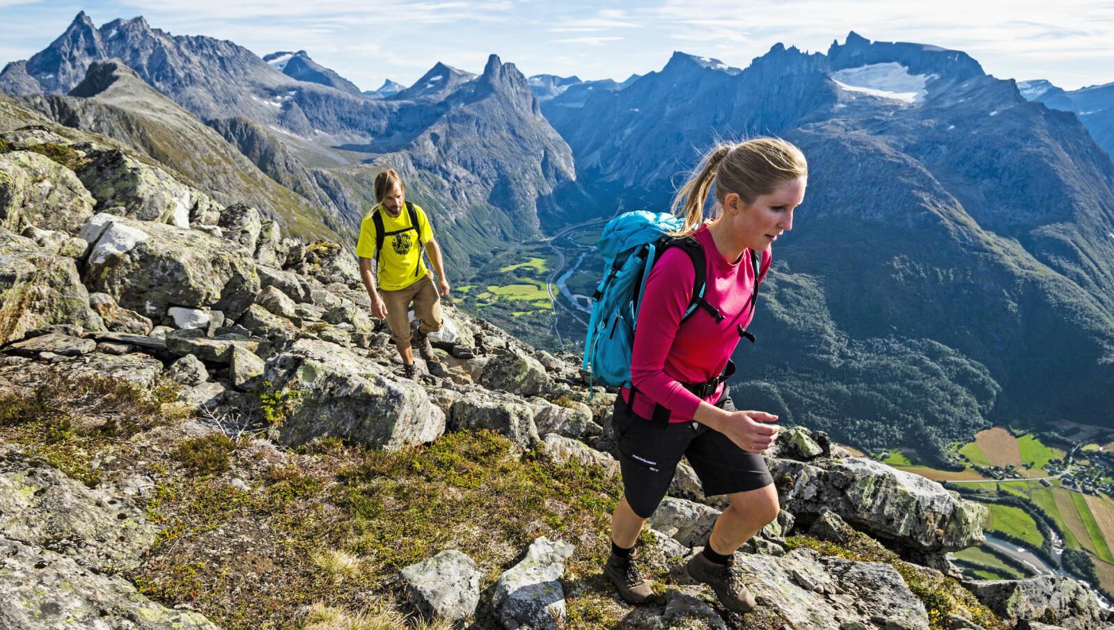 <b>ROMSDALSEGGEN: </b>Elle Cochrane og Johan Jonsson på tur over Romsdalseggen. Høyde: 1320 moh.