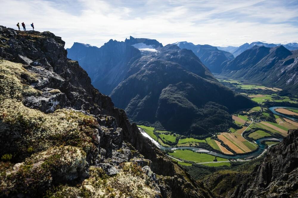 <b>FANTASTISK: </b>Fra Romsdalseggen kan en se Trollveggen, med Romsdalen omtrent tusen høydemeter nedenfor