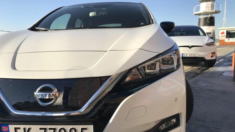FOLKEFAVORITTER: Nissan Leaf og Tesla Model X er de to mest populære elbilene i Norge for tiden.