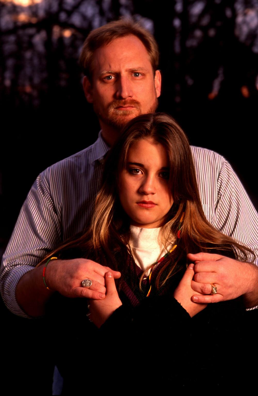 BARNEBRUD: En av Koresh' såkalte barnebruder, Kiri Jewell, fotografert sammen med faren David i 1993.