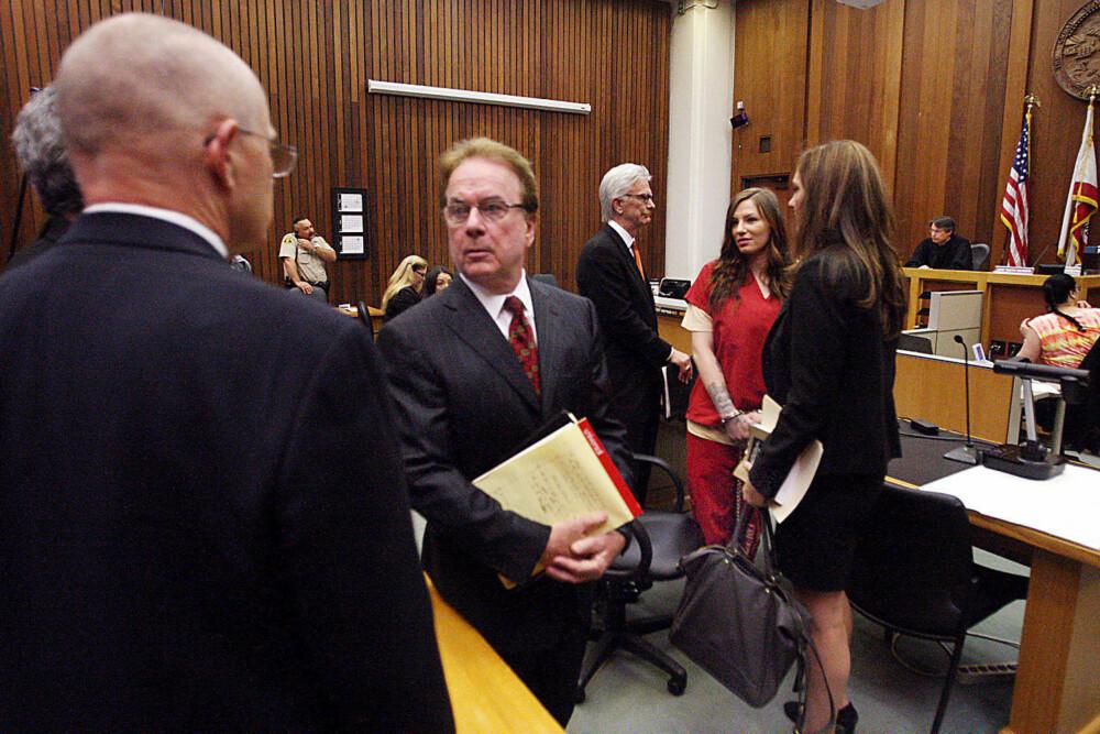 I RETTEN: Alix Tichelman i retten med sine advokater. Mannen med ryggen til er Axil far, Bart Tichelman.