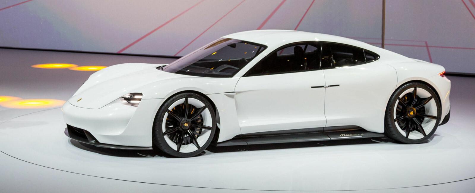 <b>PORSCHE TAYCAN: </b>Designet vitner om at dette blir en superelbil. Det samme gjør prisen.