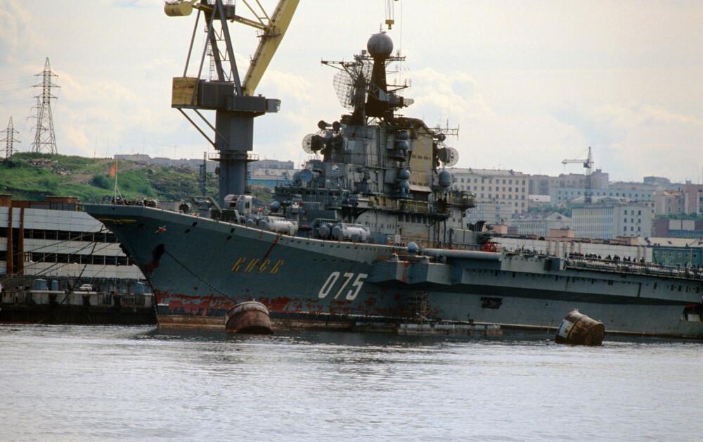 NORDFLÅTEN: Hangarskipet «Kiev» fotografert i 1990. Tilhørte Nordflåten og var blant annet flaggskip under storøvrelsen «Zapad-81». Etter Sovjetunionens fall ble det solgt til Kina i 1993 hvor det ble gjort om til en flytende fornøyelsespark. I 2011 ble det renovert og gjord om til luksushotell.