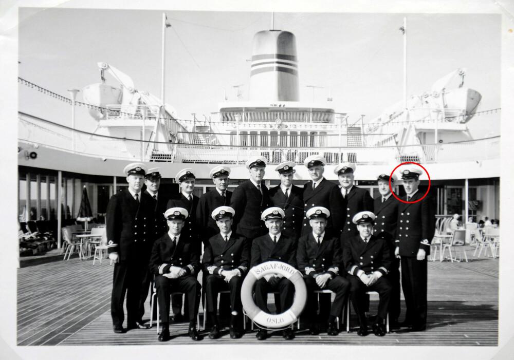 SPIONEN BLANT DEM: Ingen på gruppebildet av skipsoffiserene fra Sagafjord visste at Jean Sissener (lengst t.h.) tok bilder i smug for norsk etterretning. I dag bor Sissener i Houston, USA.