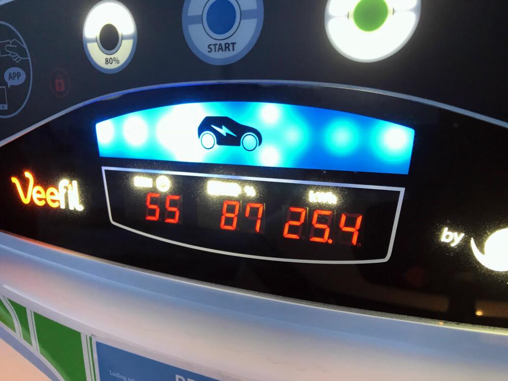 KULDEFØLSOMT: Denne ladestasjonene måtte omstartes to ganger før den virket. I sju-åtte kuldegrader tar det lang tid (55 minutter) før batteriet er tilstrekkelig fullt.
