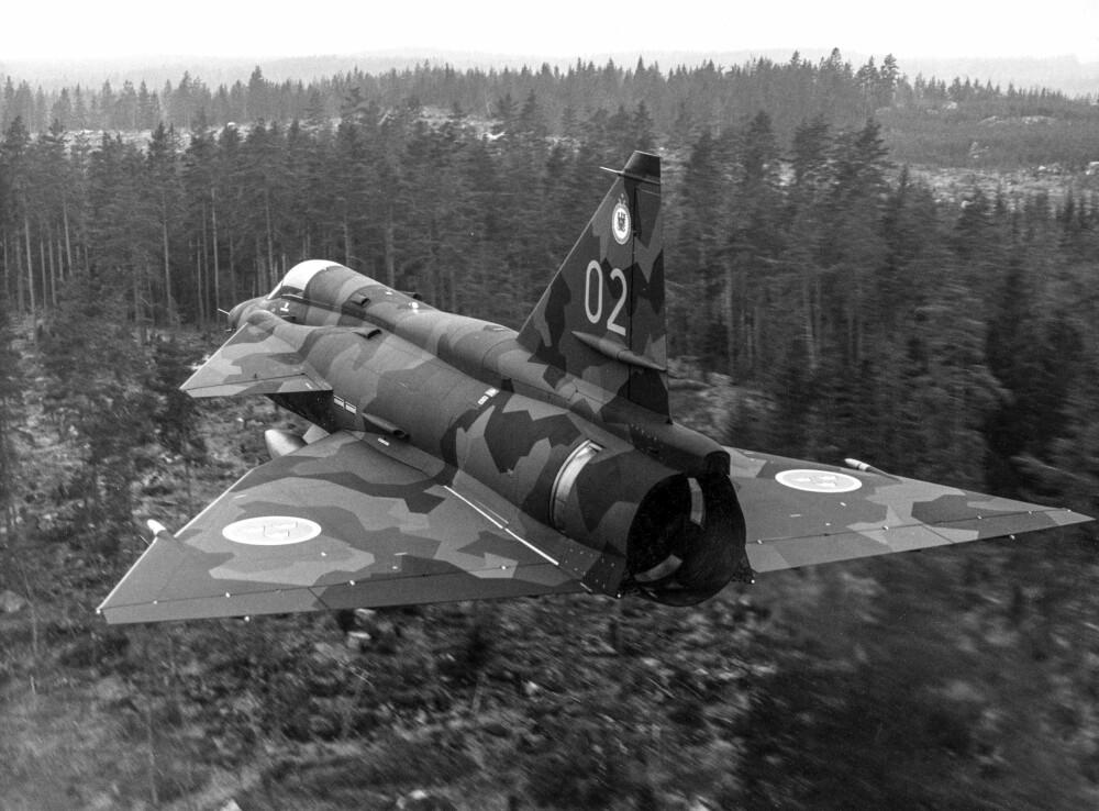 SUPERSONISK: Med kraftig motor og avanserte våpensystemer var Viggen et av verdens mest avanserte jagerfly tidlig på 1980-tallet. Jagerflyet kom i flere versjoner, som J37 (Attackviggen), overvåknings- og spaningsversjonene SH37 og SF37, skoleversjonen SK37 og jaktversjonen JA37. Viggen ble erstattet av Saab JAS 39 Gripen på 2000-tallet.