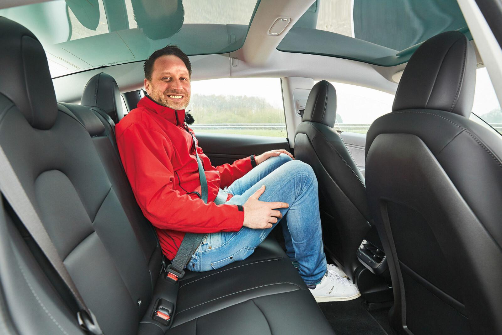 <b>TRANGT:</b> Biltesterens fårete smil viser det: I baksetet er det for lite plass for store personer.