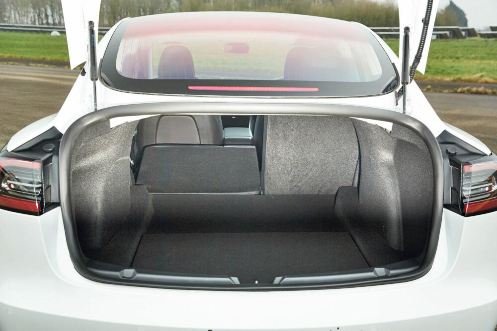 <b>SEDAN:</b> Mens Model S har stor kombibakluke, har Model 3 et lite lokk. Kun 340 liter bagasjevolum, høy lasteterskel.