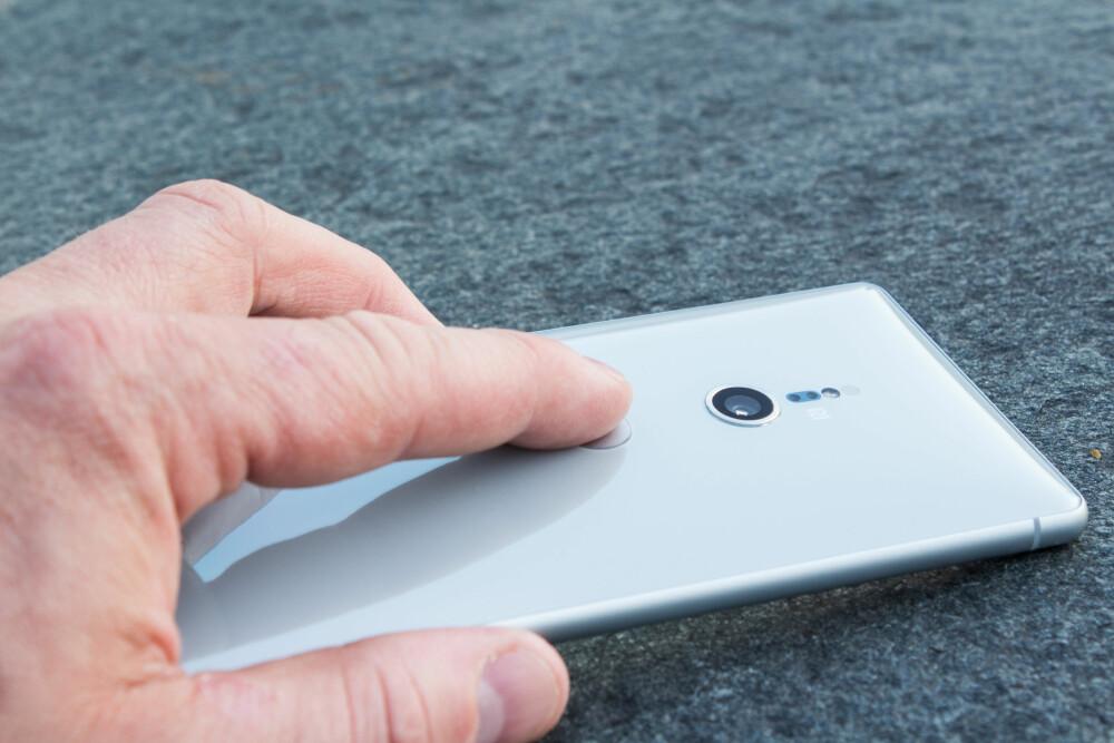 IKKE BRA: Fingeravtrykkleseren er klønete plassert og ikke et sted du naturlig har fingeren når du holder telefonen.
