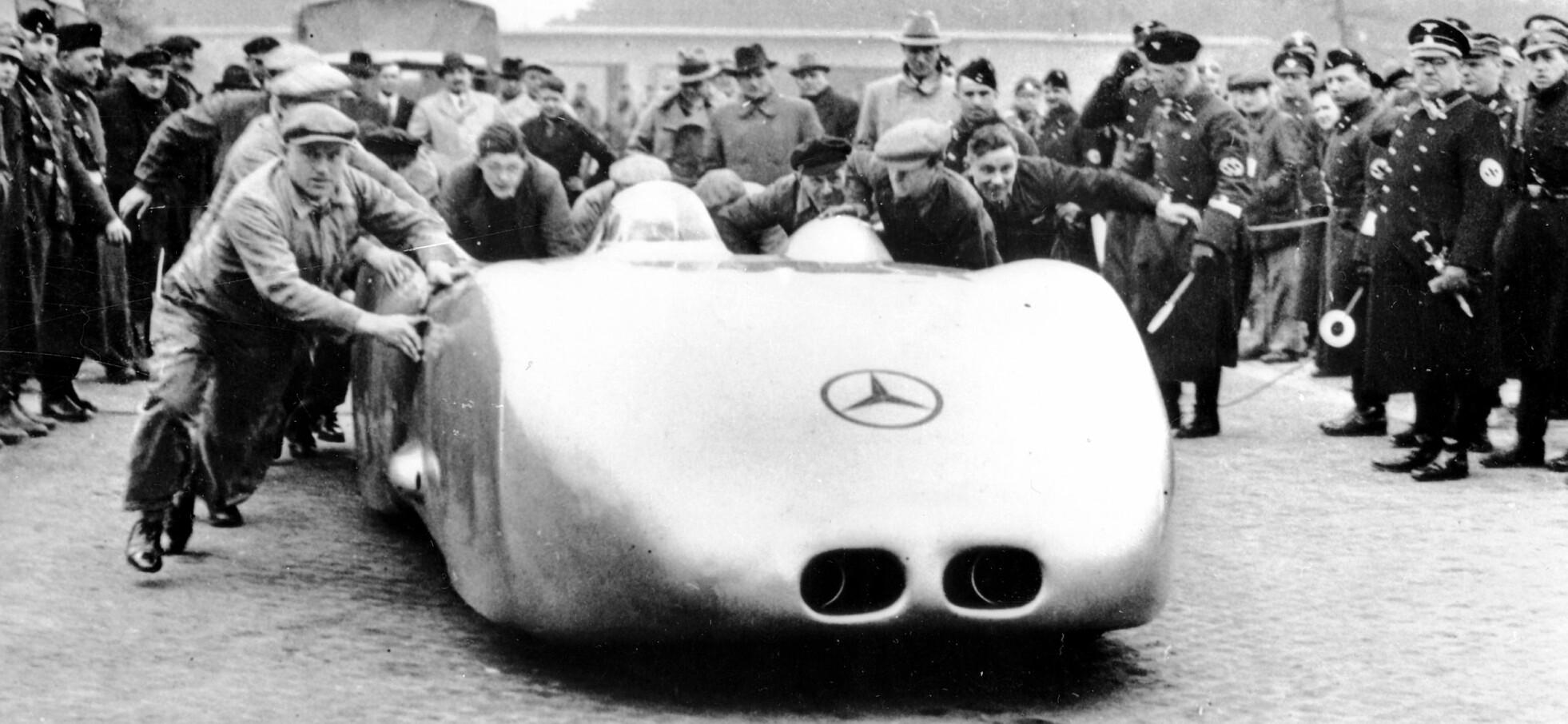 <b>KLAR FOR REKORD:</b> 28. januar 1938 dyttes Rudolf Caracciola i gang i sin tolvsylindrede Mercedes-Benz W 125, på Autobahn ved Darmstadt.