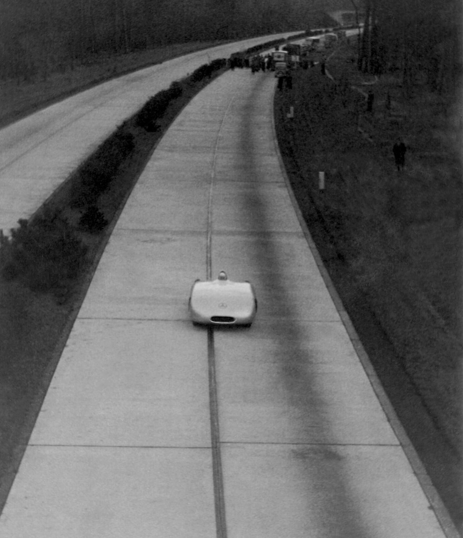 <b>AUTOBAHN:</b> Betongplatene på første generasjons autobahn var åstedet for fartsrekorder på offentlig vei.
