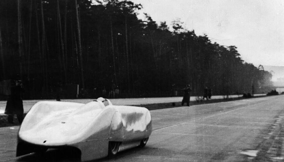 <b>DØDSVEIEN:</b> Kampen om fartsrekorden fikk dødelig utfall på Autobahn mellom Frankfurt og Darmstadt, 28. januar 1938. Rosemeyer (bildet) blir kastet av veien i sin Auto Union streamliner i det bilen har en estimert hastighet på 430 km/t.