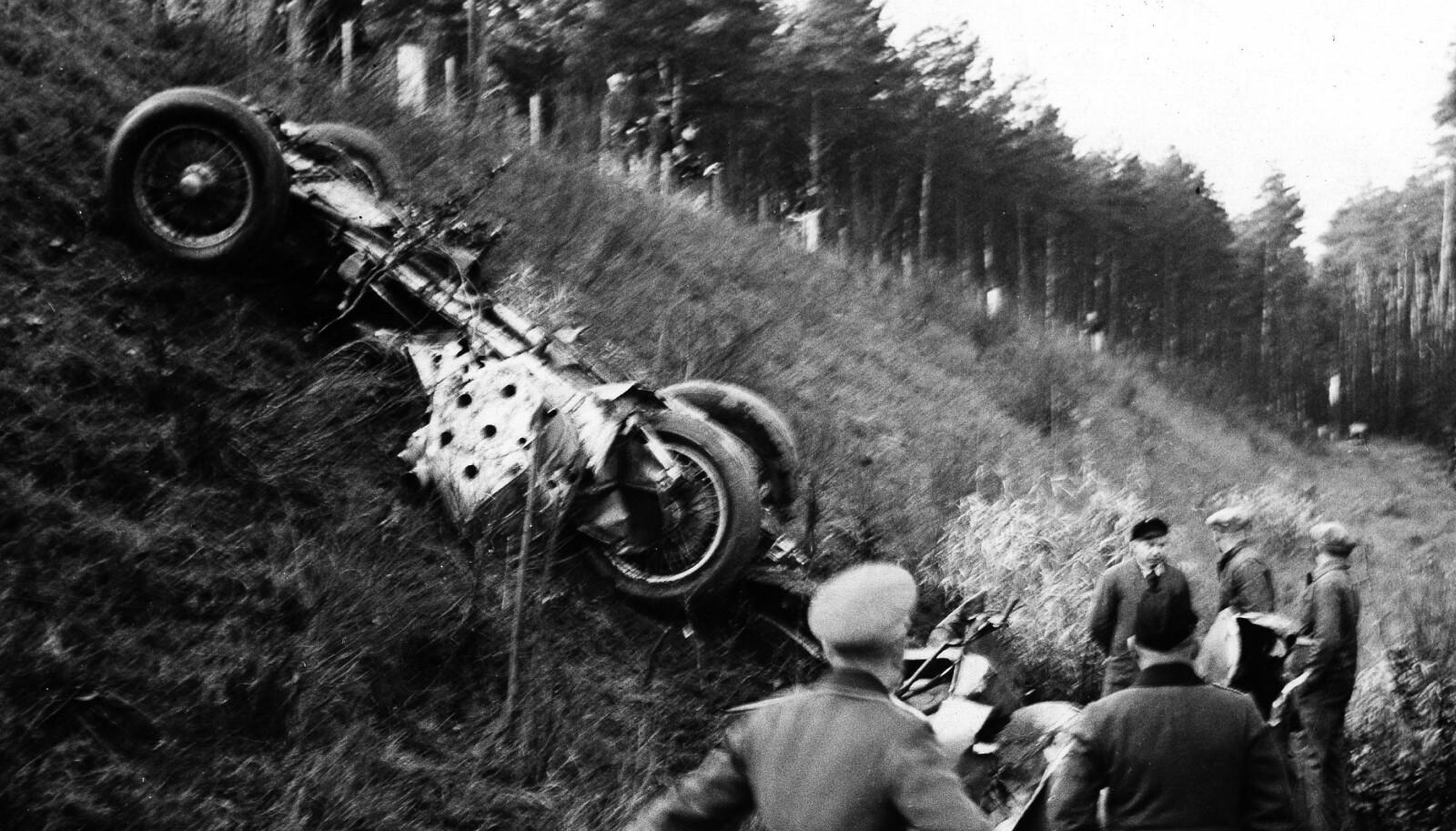 <b>DØDSBILEN:</b> Bilen som Rosemeyer kjørte ble knust til pinneved. Selv ble han funnet i skogen, 23 meter unna kanten på Autobahn.