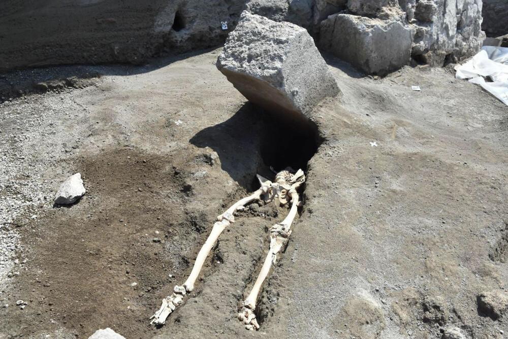 EKSTREMT UHELDIG: Mannen kom seg antagelig unna det verste kaoset da Vesuv eksploderte i år 79, bare for å bli drept på det mest utenkelige vis ...