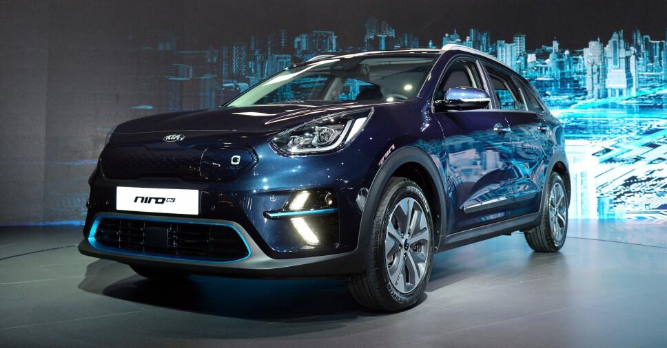<b>KIA E-NIRO:</b> Kia avduket elbilen Niro i Korea den. 7. juni 2018. Bilen skal være i Norge innen utgangen av 2018 og får en rekkevidde på mellom 300 og 485 km etter hvilken batteribakke den er utstyrt med. Grillen har integrert ladeport, luftinntakene er redesignet og nye LED-kjørelys kombinert med blå detaljer skiller elbilen designmessig fra de eksisterende hybridvariantene av Niro.