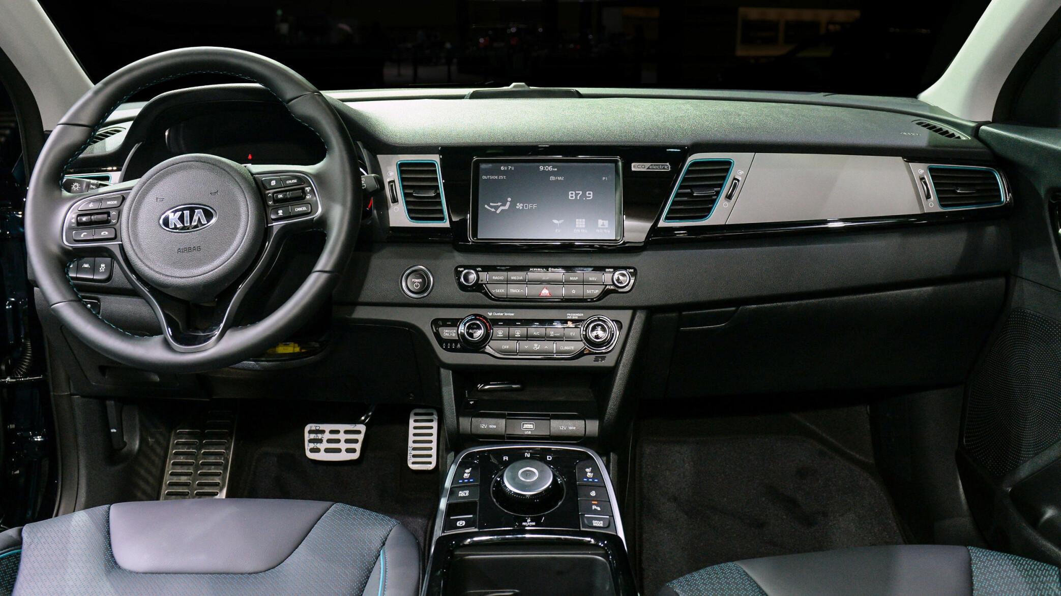<b>BERØRINGSSKJERM PÅ 7 TOMMER:</b> HMI (human-machine interface) forblir i senter av dashbordet, og har fått nye løsninger for elbilen. Man kan blant annet lokalisere nærliggende ladestasjoner og se status på rekkevidde og batterikapasitet. En lampe på dashbordet indikerer om batteriet lader når bilen står tilkoblet strøm. Kilde: Kia.