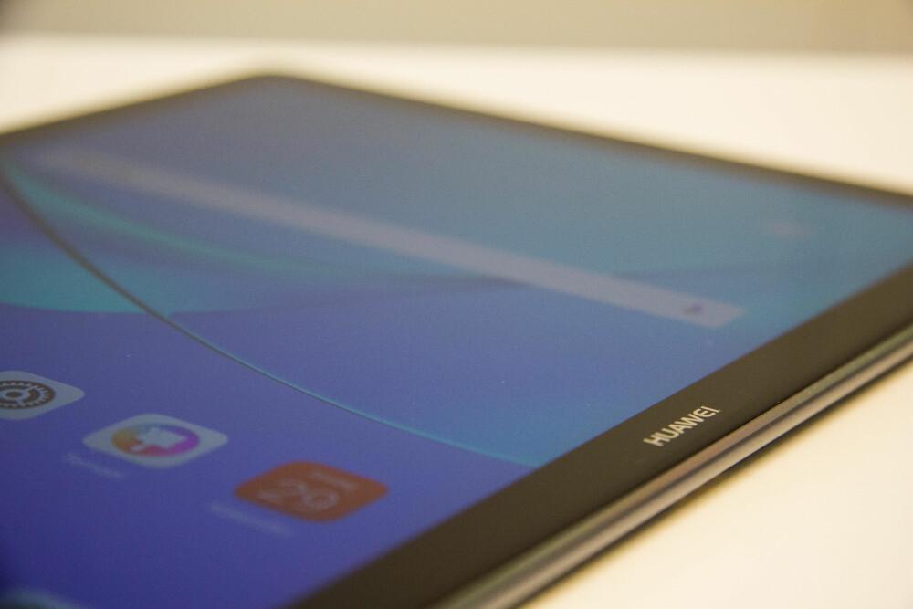 SOLID BYGGEKVALITET: MediaPad M5 er solid laget og designet er enkelt, men elegant. Kantene på skjermen er avrundet og glir perfekt over i bakdekselet av aluminium. Konstruksjonen står på ingen måte tilbake for det vi ser på Apples iPad-er.