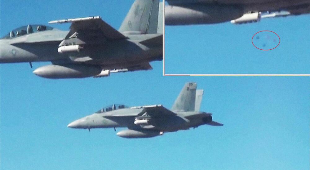 SLIPPER SVERMEN: Små droner (innringet) folder ut vingene etter at de er sluppet fra jagerflyene, og danner en sverm med svært tilpasningsdyktige våpen.