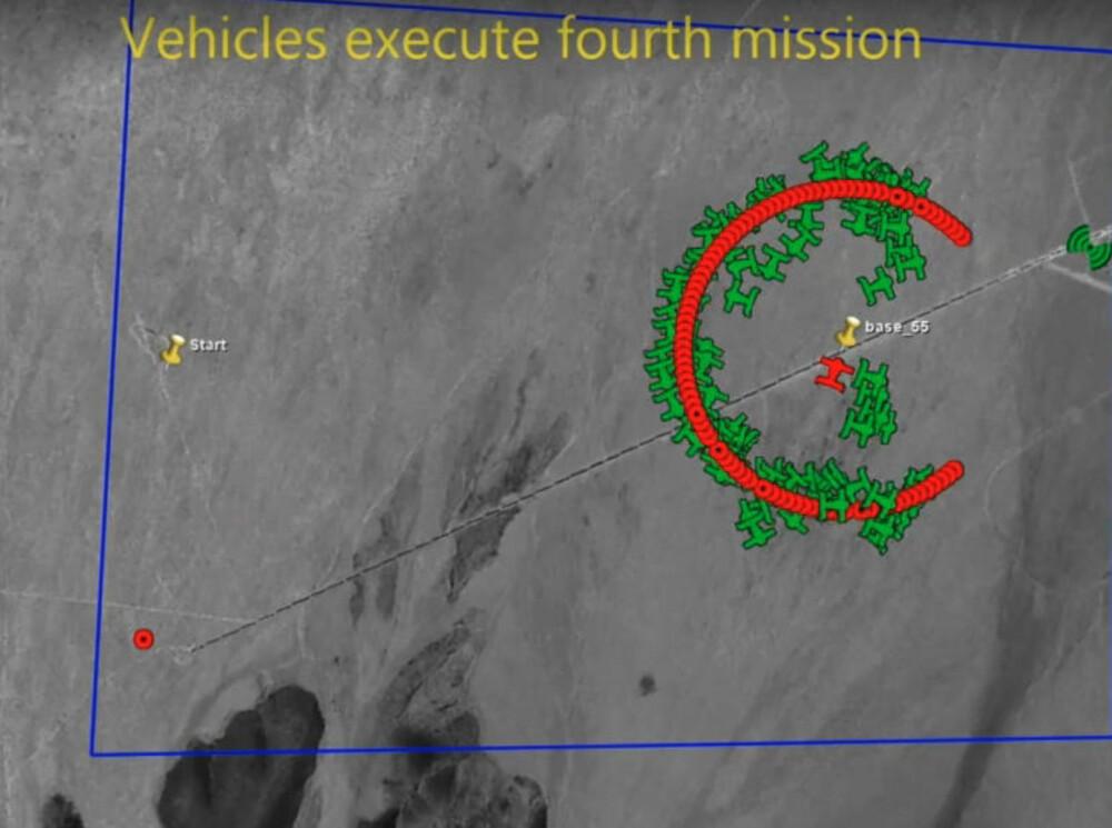 SVERM: Satellittbildet viser hvordan de små dronene svermer rundt målet.