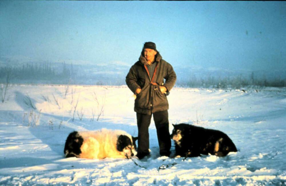 HARDHAUS: Hjalmar Dale med to av sine hunder vinteren 1960–61.