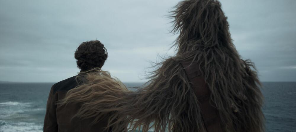 GODE KOMPISER: Alden Ehrenreich spiller unge Han Solo. I drakten til den legendariske karakteren Chewbacca, finner vi den tidligere basketballspilleren, Joonas Suotamo.