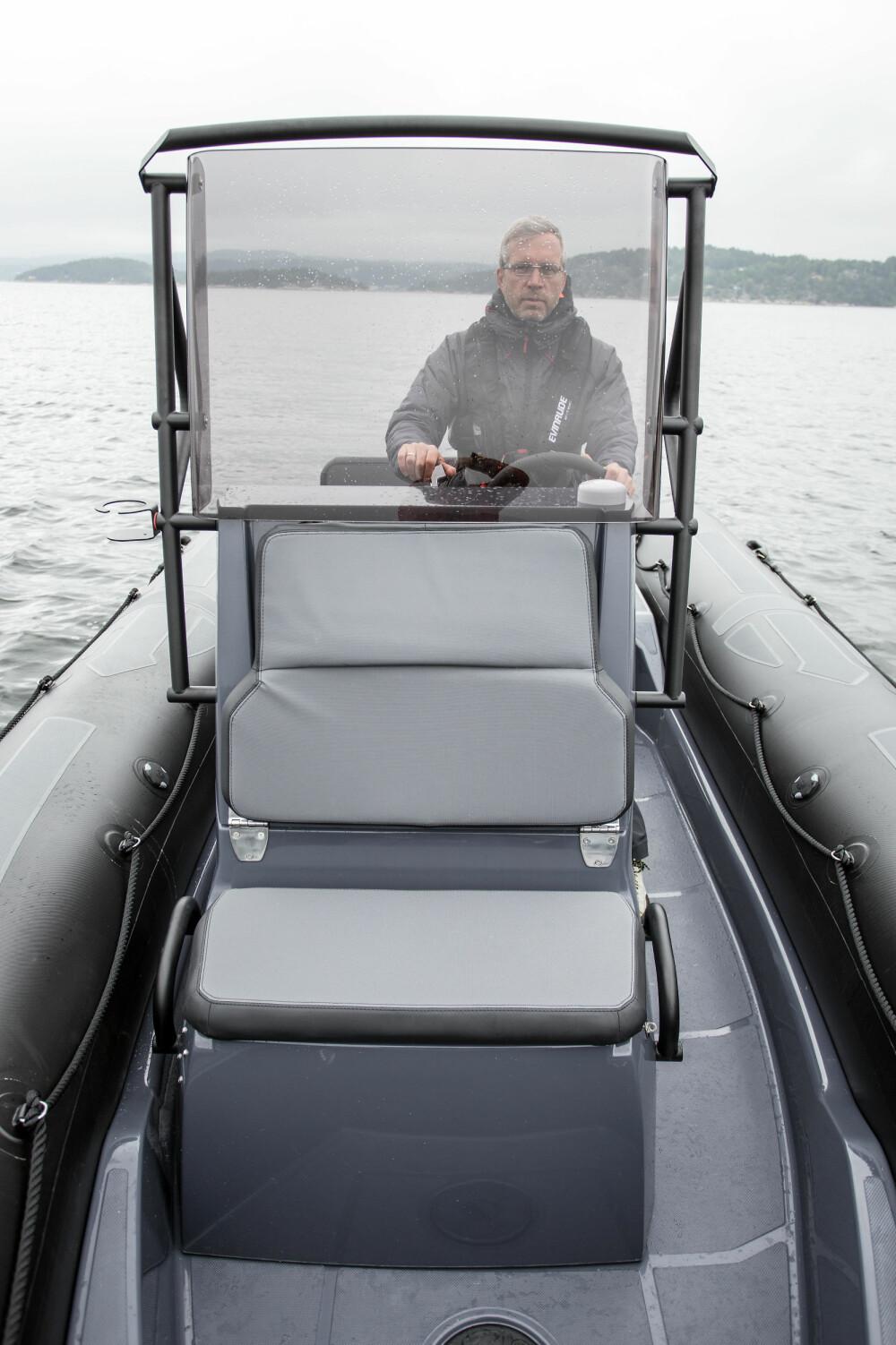 STOR KONSOLL: Testbåten har bra værbeskyttelse for to og fin sitteplass i forkant.