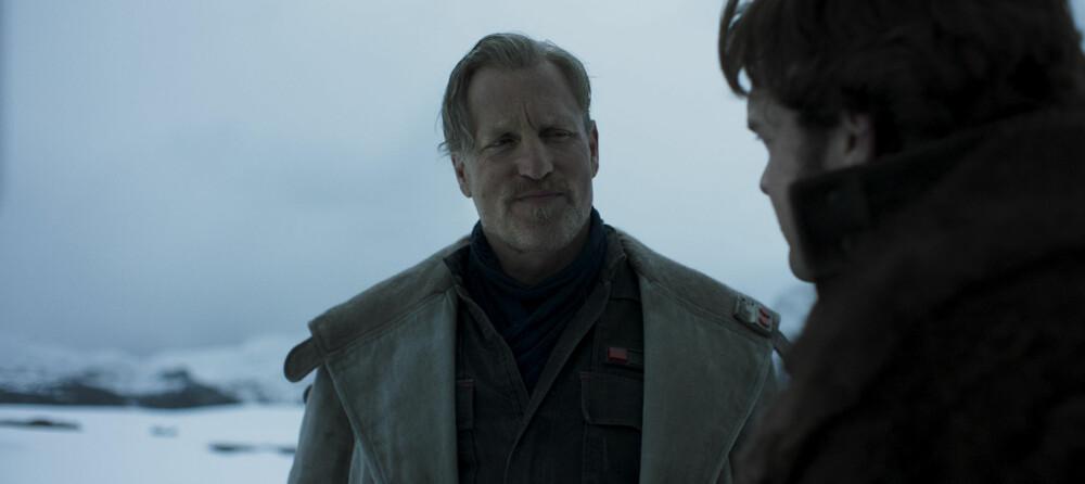 KOSER SEG: Woody Harrelson spiller den lovløse veteranen Tobias Beckett i den nye filmen «Solo: A Star Wars Story». Akkurat det ser han ut til å kose seg med.