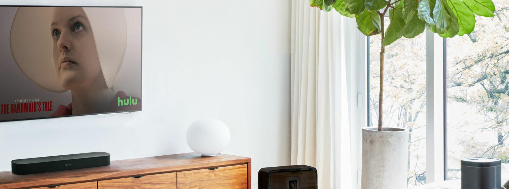 <b>FETERE LYD: </b>Sonos Beam bidrar til å gjøre lyden fra tynne TV-er fetere.