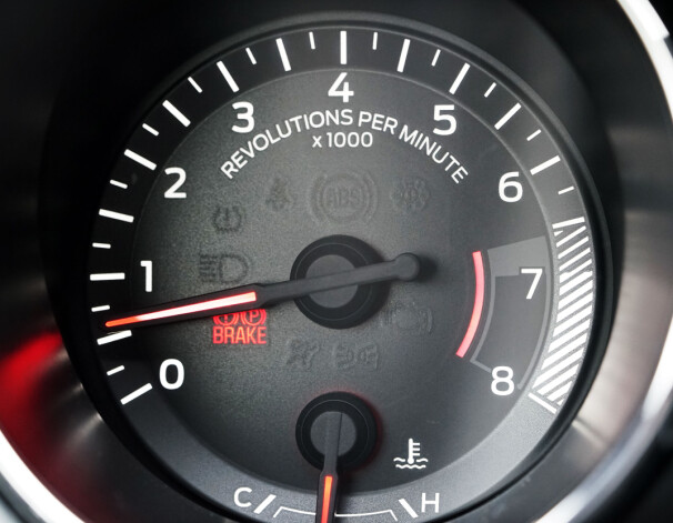 """<b>GALSKAP: </b>Fem liter V8'er skaper ikke """"omdreininger per minutt"""". Den skaper """"revolusjoner per minutt"""". Bilen oser av billig plastikk, overskudd og morsomme løsninger."""