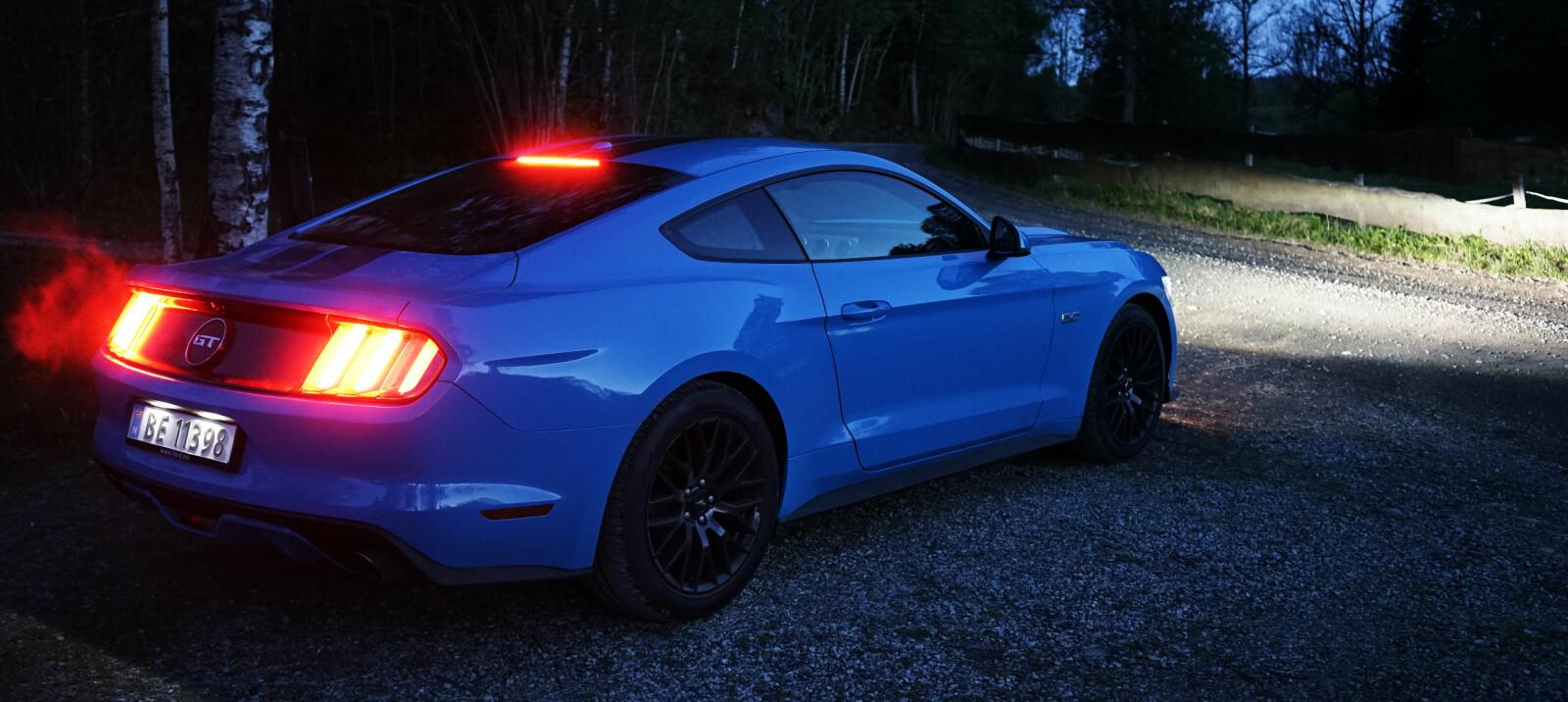 <b>TRE RIBBER:</b> Også 2017-Mustangen har de klassiske familietrekkene: Lykter med tre ribber, rundt merke mellom dem, fastback, sinte hovedlykter og søte små lykter under – og hesten i grillen.