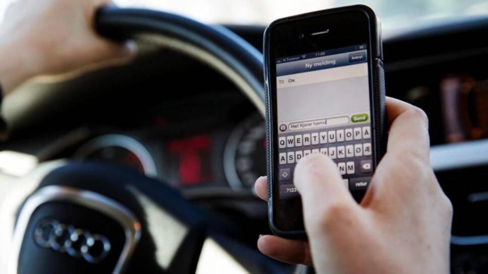 Det er forbudt å røre en løs telefon under kjøring. Når telefonen er fastmontert kan man ringe opp eller legge på. Dette kan også gjøres via håndfritt utstyr, uavhengig av telefonens plassering.