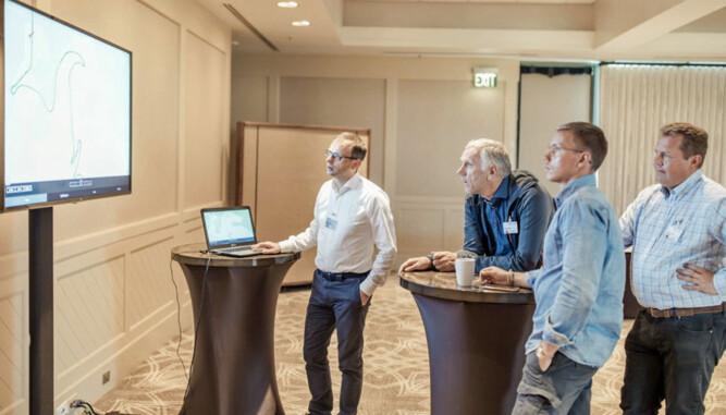 Den norske delegasjonen får en teoretisk brif av Dr. Michael Wein. Broom-Benny følger måpende med sammen med Morten Moum (Audi Norge) og Ragnvald Johansen (Finansavisen)