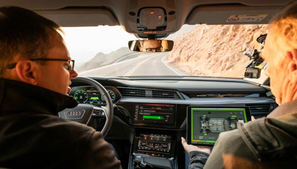Sjåfør Michael Wein og Broom-Benny på vei ned bakken med full kontroll på bremsing og regenerering på eget nettbrett.