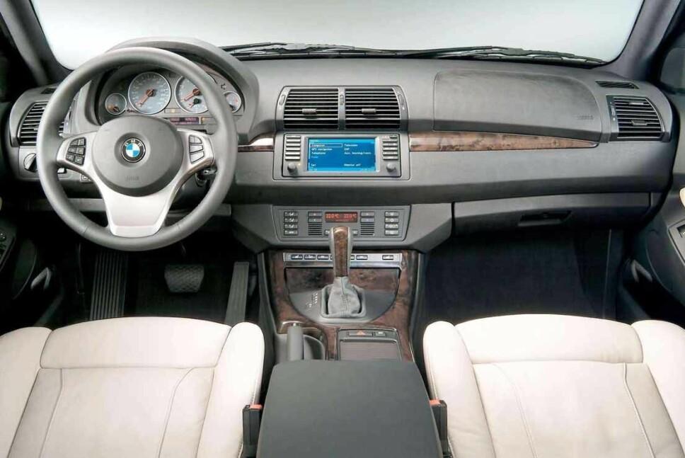 <b>LUKSUS ANNO 2000:</b> Interiøret er førerorientert og bød på en god dose luksusfølelse da X5-en var ny.