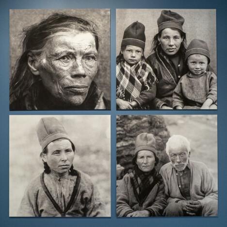 <b>«MINDREVERDIGE»:</b> Samene ble regnet for å være av den lappiske rasen, ikke den nordiske. Bildet viser Inga Andersdatter, født i Sverige ca. 1830,  IngerNikolaisdatterTjikkom(f. 1879), med barna Sara og Peder, Tjierrek-Ánne(AnneAbmutsdatterKurak)(1882–1948) og Finne JohnsenRáhka(1830–1918).