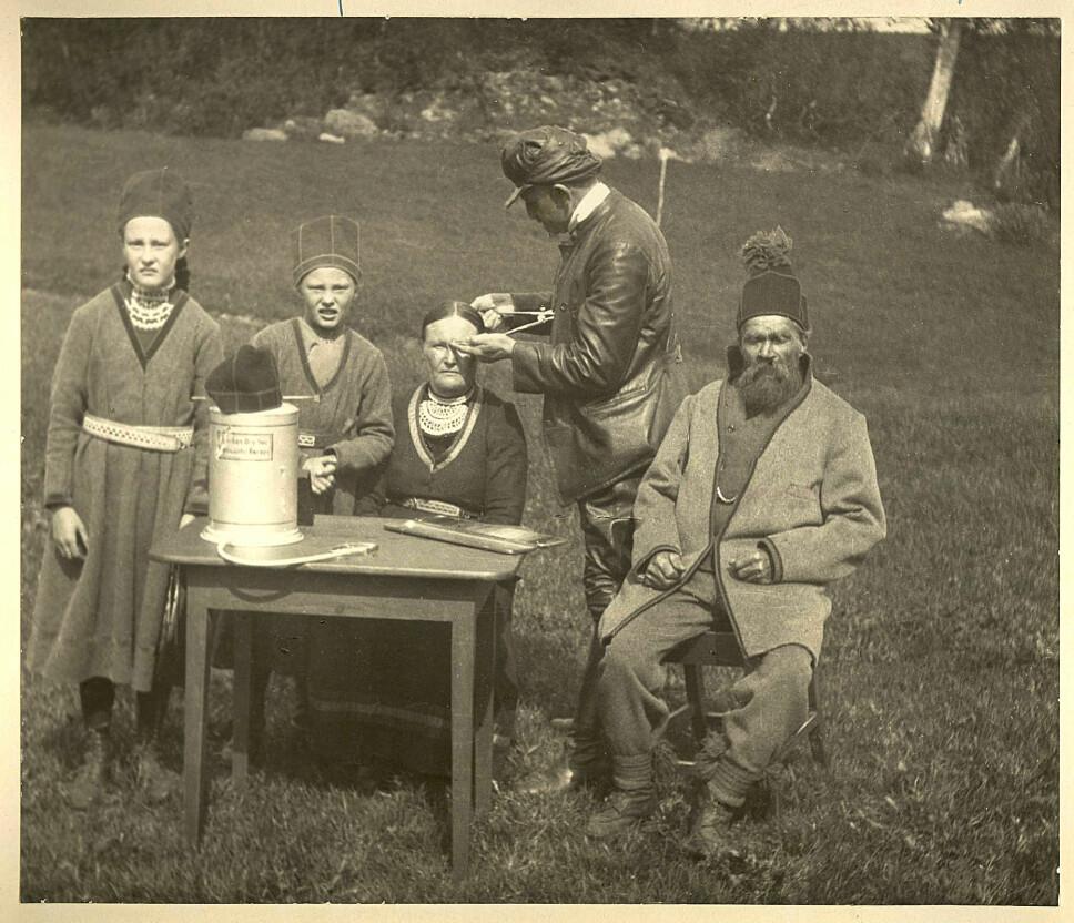 <b>MÅLER SKALLER:</b> Jon Alfred Mjøen måler hodene til samene Paula Paulsen Fjellheim, Lisa Løkken, Sara Paulsen og Morten Mortensen. Bildet er tatt på et møte i Finnemisjonen i 1922, og er tillatt brukt av rettighetshaver Sverre Fjellheim.