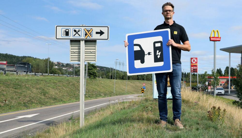 I dag er det ikke alltid like lett å vite hvor ladestasjonene for elbil er. Det vil NAF gjøre noe med.