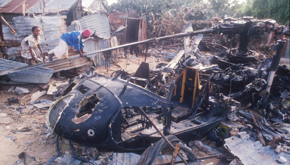 <b>LEKEGRIND:</b> DEtte bildet er tatt bare 11 dager etter at to Black Hawk-helikoptre ble skutt ned i Mogadishu. Barnas lek står i grell kontrast til de blodige kampene som fant sted rundt vraket.