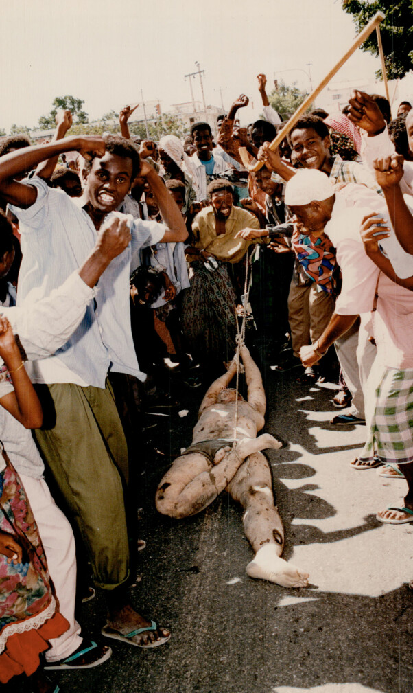 <b>SLEPT GJENNOM GATENE:</b> Somalisk mobb slepte den amerikanske soldaten gjennom gatene. Det prisbelønnede bildet ble symbolet på den amerikanske katastrofen i for 25 år siden.