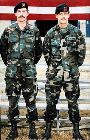 <b>FRIVILLIGE</b>: Gary Gordon (til h.) og Randy Shughart ble drept da de forsvarte de skadde ved det ene krasjstedet. Begge ble tildelt Medal of Honor posthumt.