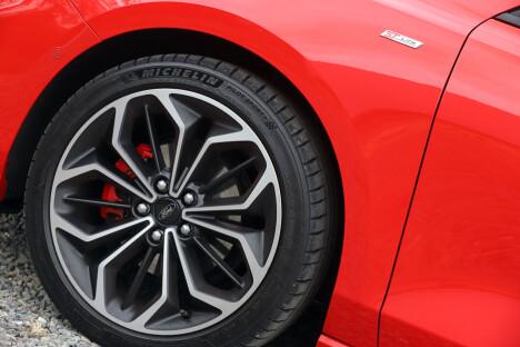 <b>TØFT:</b> Men ikke harmonisk - 18-tommere på en bil med énlitersmotor.