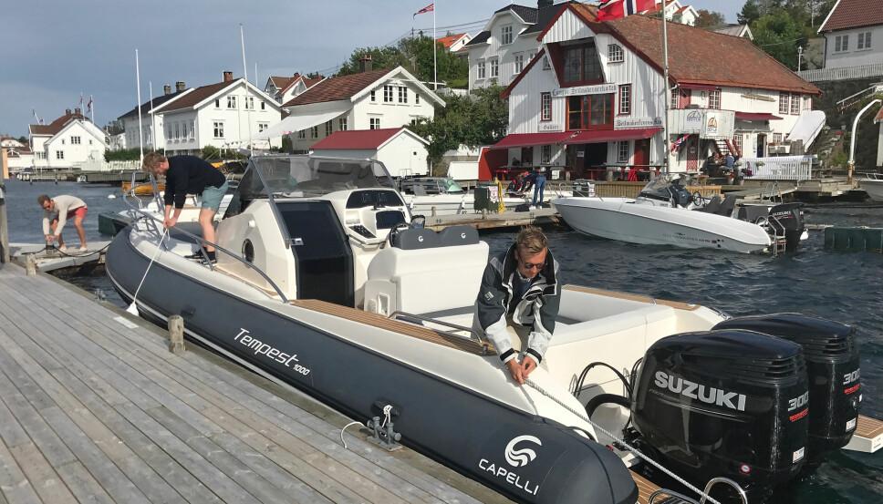 <b>LUKSUSPROBLEM: </b>Med en så stor båt som dette er det ikke alltid du får plass på brygga. Når du først gjør det er den lett å legge til med.