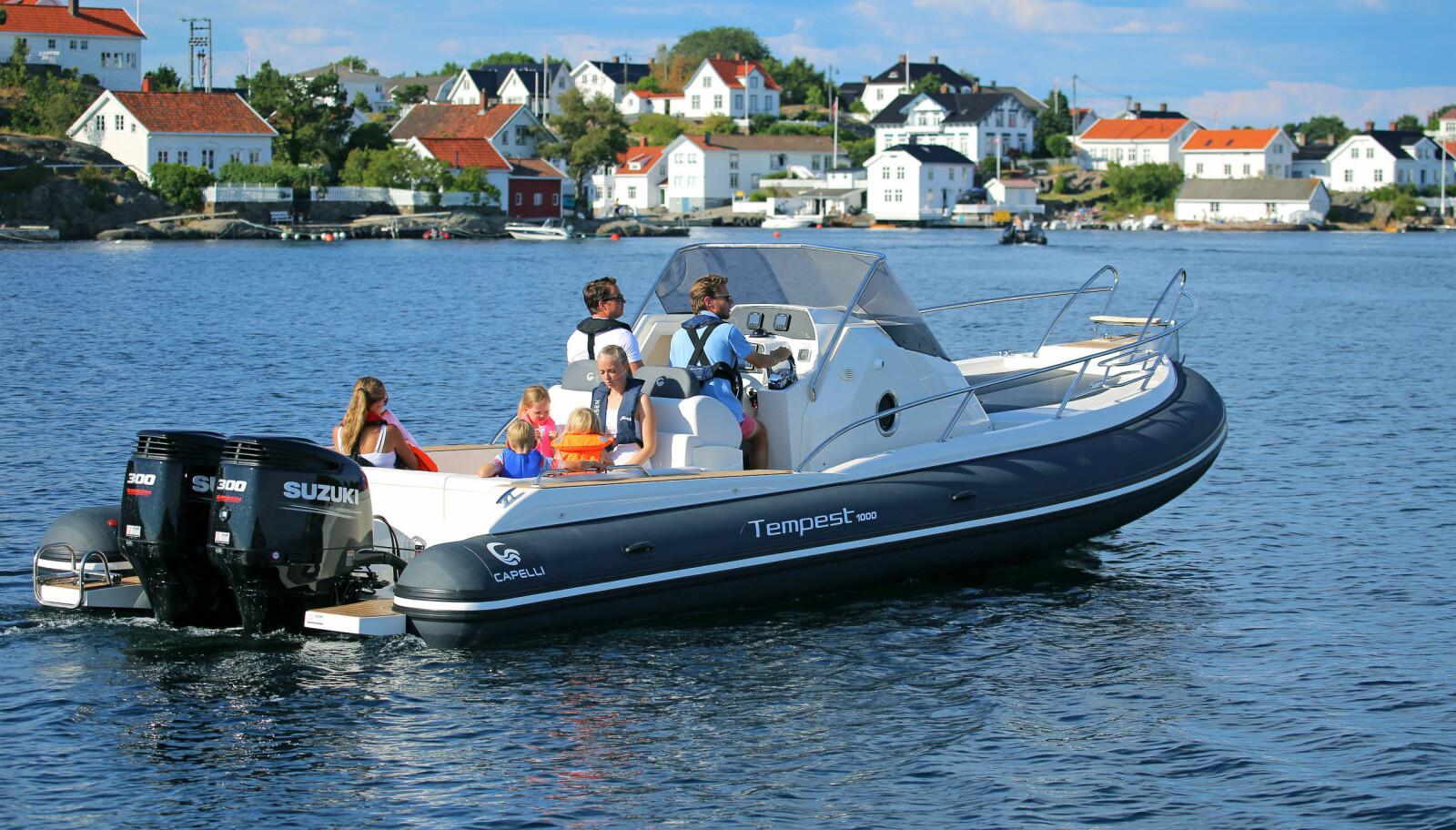 <b>RAUS:</b> Båten er bred – rundt 3,35 meter, men pongtongene tar ca. 60 cm på hver side.