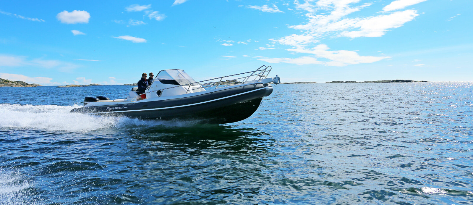 <b>RIKTIG MOTOR:</b> To 300-hestere passer båten godt. 30 knop er trivselsfart du stort sett kan holde uansett forhold.