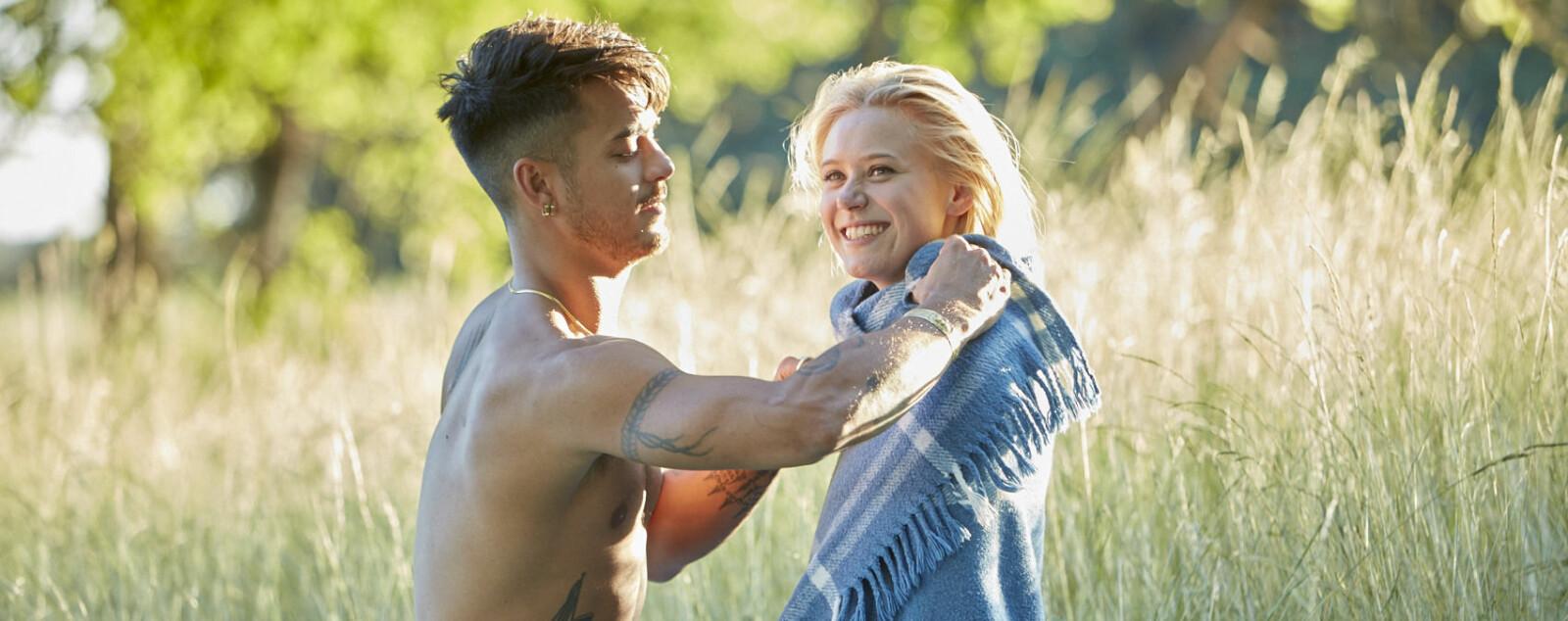 <b>JOSEFINE PETTERSEN </b>og den svenske thaibokseren Sanny Dahlbeck slår et slag for komdombruk i en ny reklamekampanje. Her fra bakom filminnspillingen.