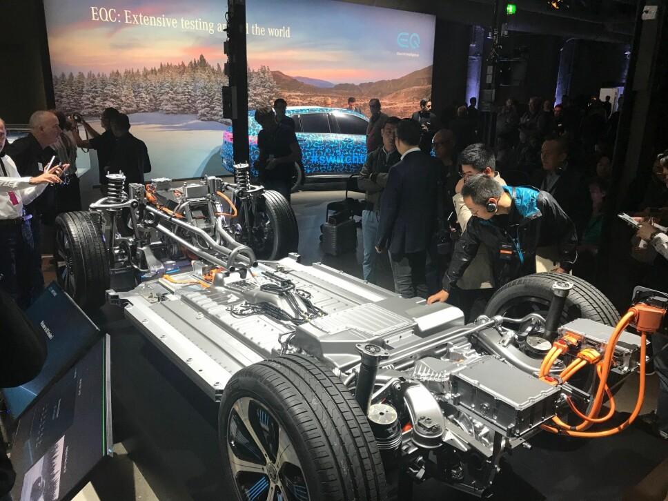 <b>REKKEVIDDE PÅ EQC: </b>Her ser vi batteripakken og drivlinjen på produksjonsmodellen av Mercedes EQC fra avdukingen av elbilen i Stockholm 4. september 2018. Batteriet skal sørge for en rekkevidde på over 40 mil ifølge den nye WLTP-standarden. Mercedes understreker at batteriet er godt beskyttet i tilfelle krasj.
